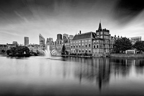 zwart-wit opname van de regeringsgebouwen aan de Hofvijver in Den Haag