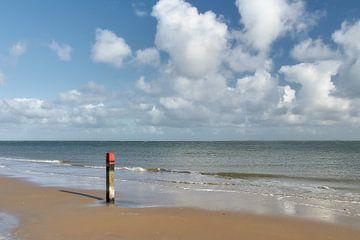 Strandpfosten am Strand von Texel von Ad Jekel