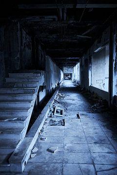 Korridor in einer Hotelruine von Karel Ham
