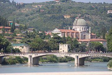 Uitzicht over de Adige in Verona, Italie van Audrey Nijhof