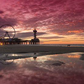 Scheveningen Pier en Reuzenrad tijdens zonsondergang van Rob Kints
