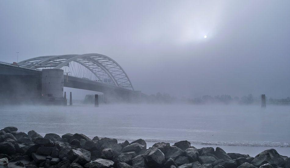 Van Brienenoordbrug in de mist