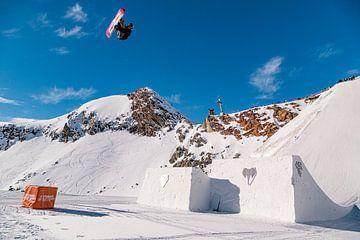Snowboarder hängt hoch in der Luft von Hidde Hageman