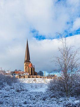 Blick auf die Petrikirche im Winter in Rostock von Rico Ködder