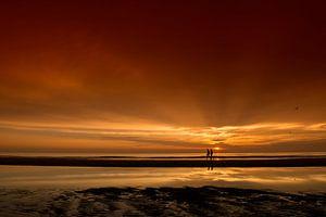 Wandelaars tijdens zonsondergang van