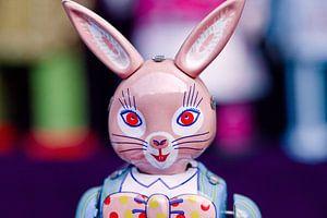 Metal uitstekende stuk speelgoed van een konijn op een rommelmarkt