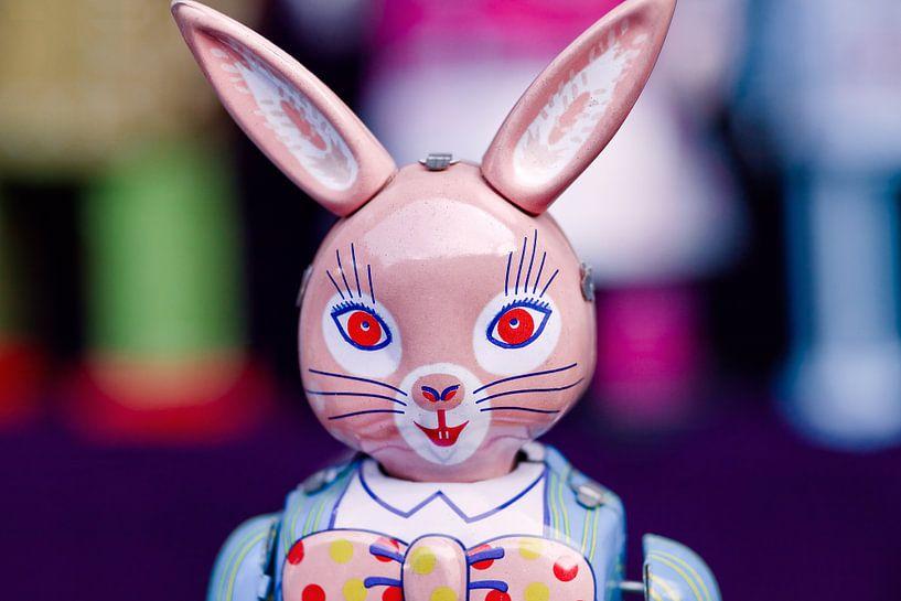 Metal uitstekende stuk speelgoed van een konijn op een rommelmarkt van Tony Vingerhoets