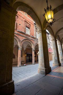 Bogen in centrum van Bologna, Italië van Joost Adriaanse