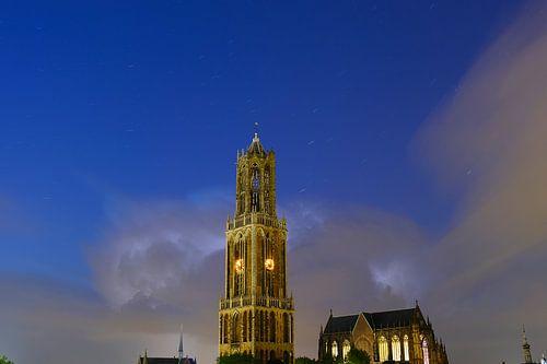 Domtoren en Domkerk in Utrecht met donderwolk en sterrenhemel (2)
