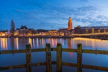 Die Skyline von Zwolle während der Blauen Stunde von Rick Kloekke