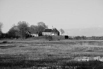 Schokland, eine Insel im Polder (schwarz-weiß) von Gerard de Zwaan