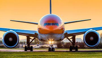 De KLM Dutch Pride Boeing 777 tijdens zonsondergang van