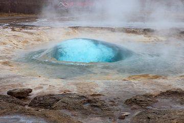 Strokkur geiser op IJsland van Michelle Peeters