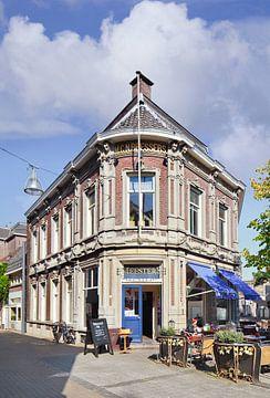 Grand café Meesters in het centrum van Tilburg op een zonnige dag van Tony Vingerhoets