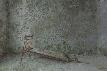 Bett in einem verlassenen Kinderkrankenhaus Pripjat von John Noppen