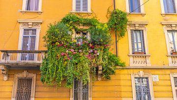 Planten rondom balkon in Milaan, Italië van Jessica Lokker