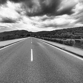 La route qui traverse le Rurtalsperre. sur Eus Driessen