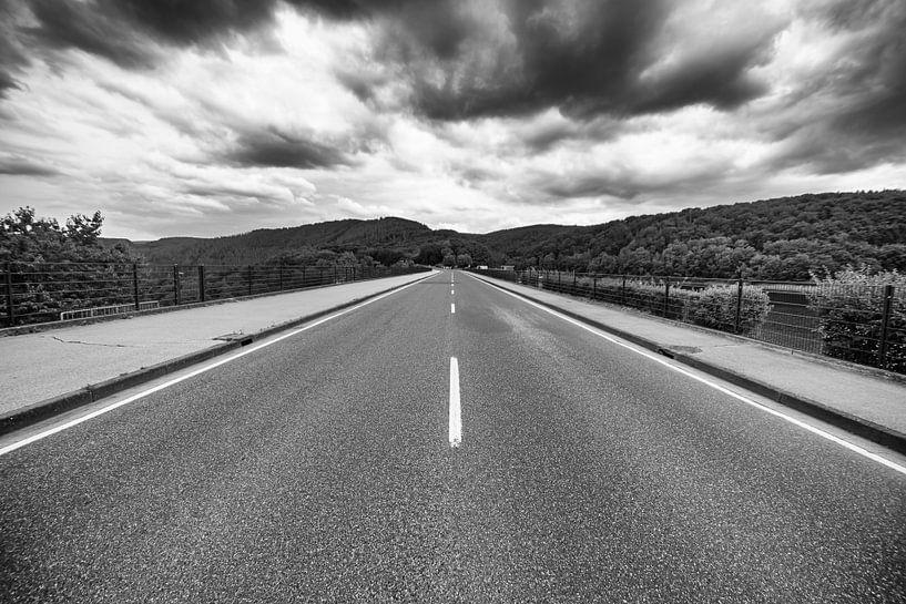 De weg over de Roerdaldam. van Eus Driessen