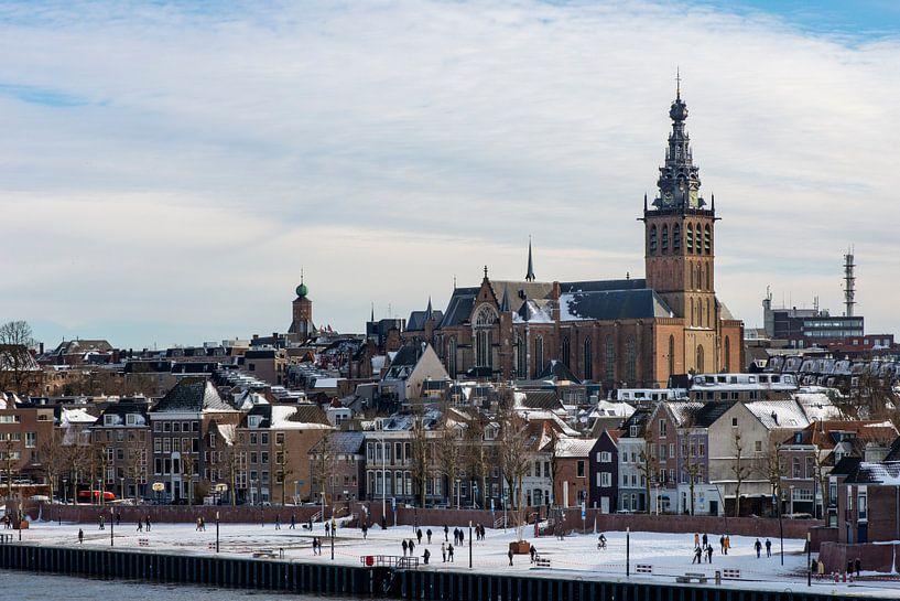 Nijmegen in de sneeuw van Maerten Prins
