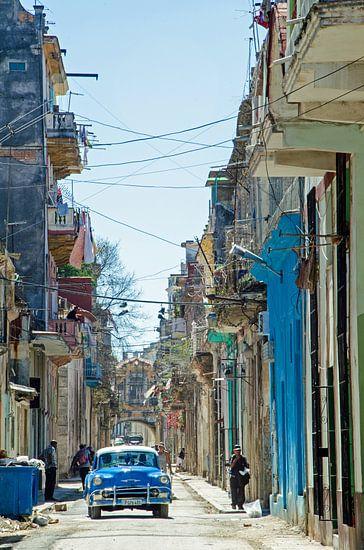 Stadsgezicht Cuba oldtimers van Nora Verhoef