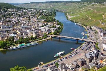 Uitzicht vanaf kasteel Landshut over het Moezeldal en de stad Bernkastel-Kues van Reiner Conrad