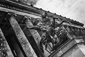 Standbeeld in Berlijn bij het  Altes Museum (Z/W) van