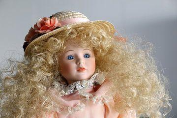 Porseleinen pop met hoed