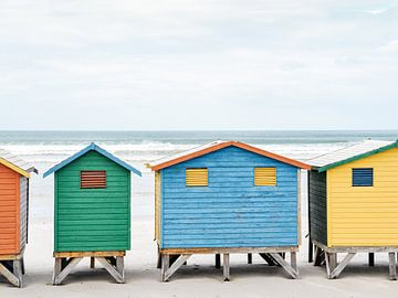 Gekleurde strandhuisjes op het strand   Muizenberg   Zuid Afrika van Stories by Pien