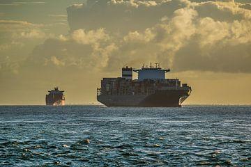 Vrachtschip in de baai van Allerheiligen in de stad Salvador Brazil van Castro Sanderson