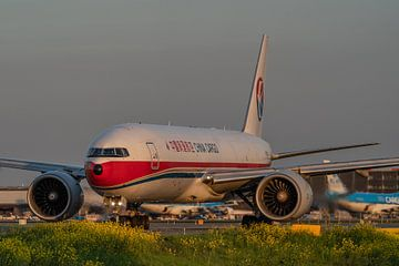 Boeing 777F van China Cargo Airlines in mooi avondlicht taxiet via taxibaan Q naar 1 de startbanen o van Jaap van den Berg