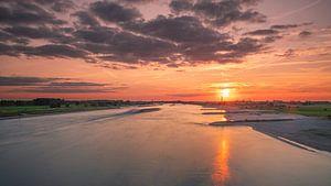 Zonsondergang boven rivier de Waal