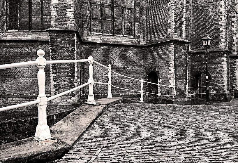 Delftsbruggetje met lantaarn. Delft van Fons Bitter