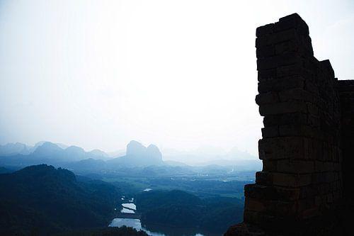 Oude Chinese ruine in dromerig landschap