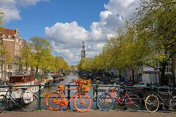 Oranje fiets op Amsterdamse brug van Foto Amsterdam / Peter Bartelings