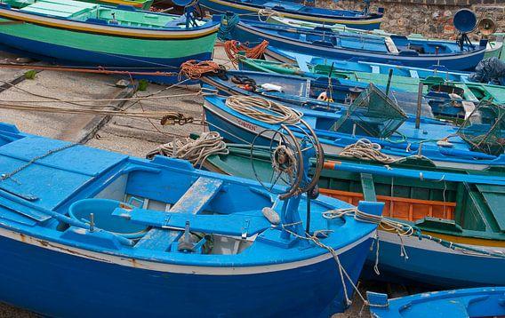 Blauwe vissersboten van Rene van der Meer