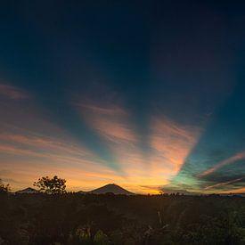 Vulkaan Gunung Agung - zonsopkomst Bali van Ellis Peeters