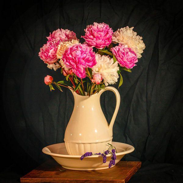 Stilleven pioenrozen in vaas met lavendel. van Fotografie Arthur van Leeuwen