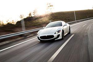 Maseratie sportcoupé in wit op de snelweg van Natasja Tollenaar