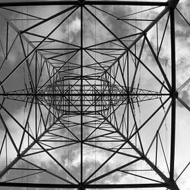 Elektriciteitsmast in de mist van Danielle Kramer