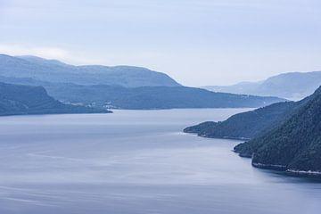 Serene Sunndalsfjord Landschaft in Norwegen von Wouter Loeve