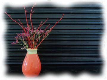 Rosa Vase mit roten und grünen Zweigen von Maurice Dawson
