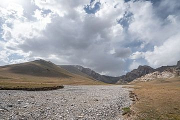 Opgedroogde rivier met yurt van Mickéle Godderis