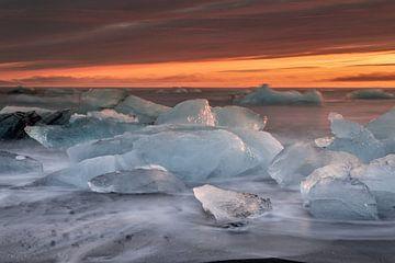 Kruiend ijs op het wad tijdens zonsopkomst van Eric Veenboer