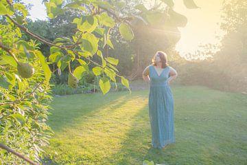 Vrouw in tuin von Ivana Luijten