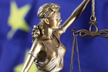 Symbolisch beeld: Justitia voor een Europese vlag van Udo Herrmann