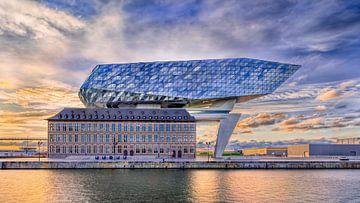 Anvers Port Maison contre le ciel incroyable au lever du soleil 1 sur Tony Vingerhoets