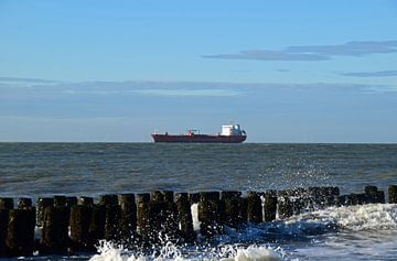 zeelandschap met een olietanker voor de kust van Zeeland op de Noordzee van Robin Verhoef