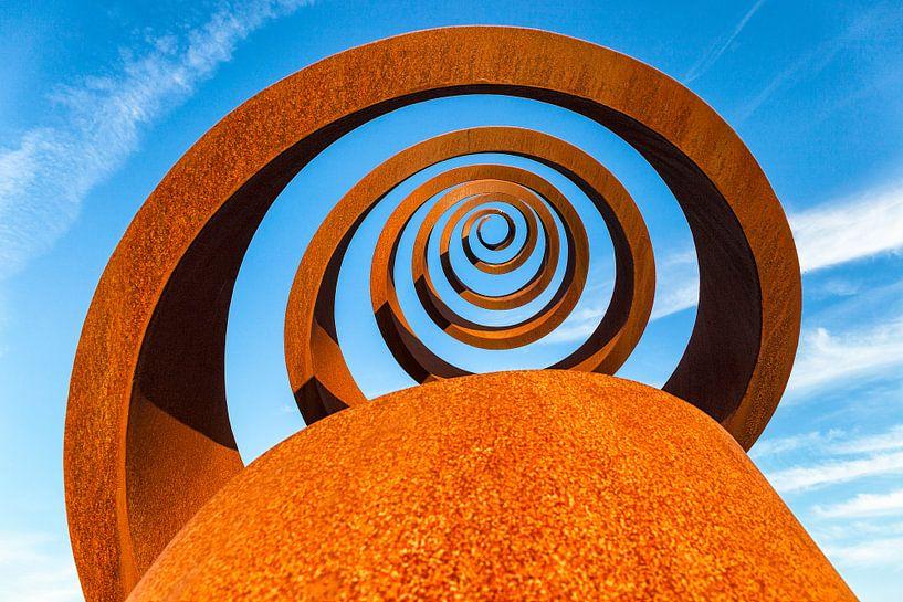 Gietijzeren Spiraal tegen blauwe lucht van Evert Jan Luchies