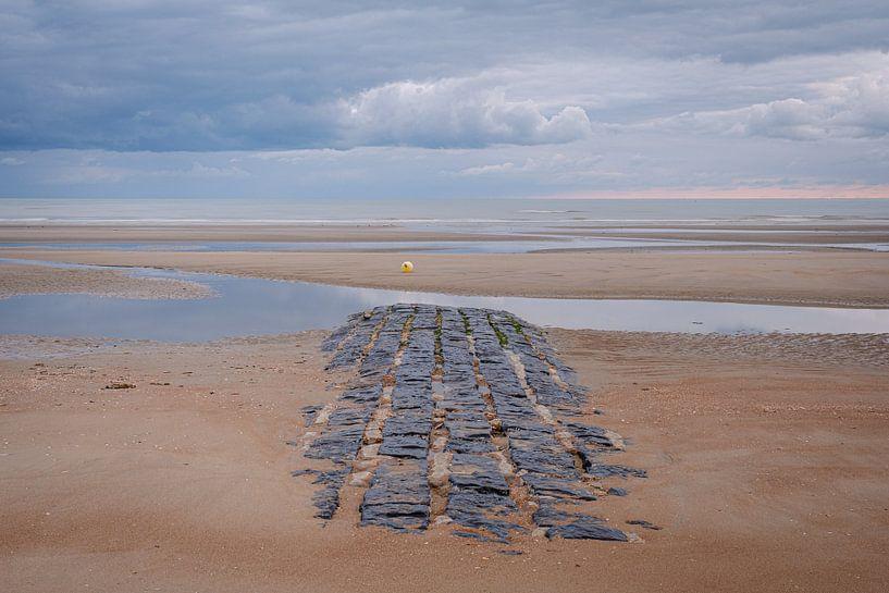 Brise-lames sur la plage sur Johan Vanbockryck