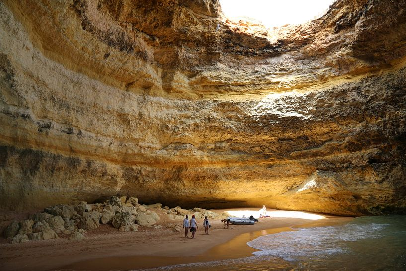 zonlicht inval in mooi gekleurde zee grot  van Paul Franke
